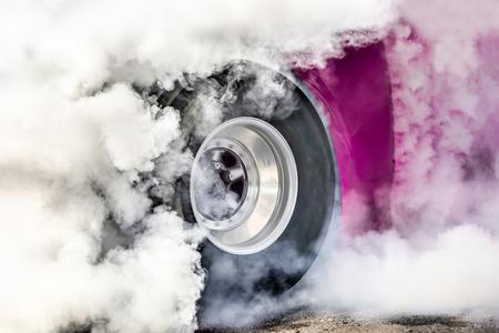 드래그 레이싱 카는 경주를 위해 타이어를 태워 버립니다.