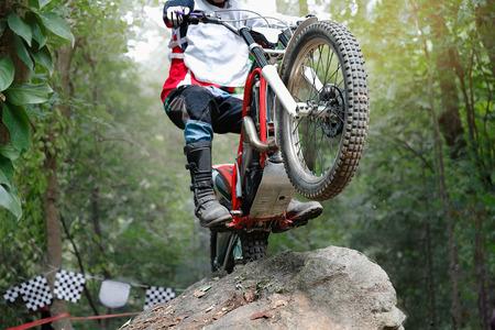 Trials motorfiets springt over rotsen