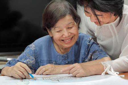 家庭での趣味の娘と彼女の図面上高齢者女性塗装色