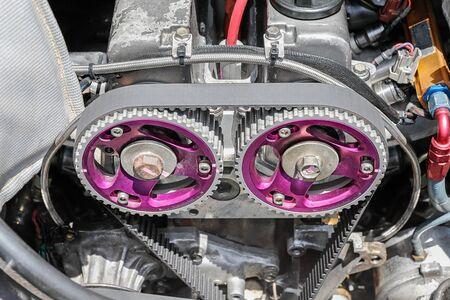車のエンジンのタイミング ベルトとカムシャフト スプロケット。