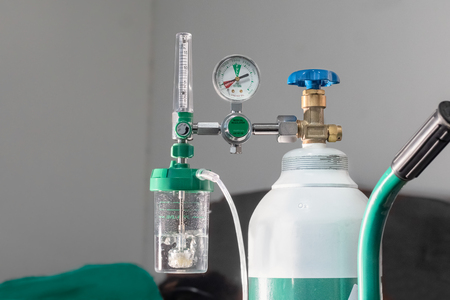 Close-up of medical oxygen flow meter  shows low oxygen or an nearly empty tank 스톡 콘텐츠