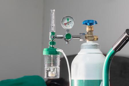 Zbliżenie przepływomierza tlenu medycznego pokazuje niski poziom tlenu lub prawie pusty zbiornik