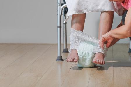 anciana, cambiar pañal, con, cuidador
