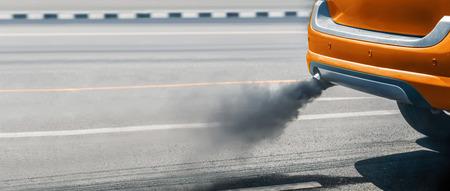 crise de la pollution de l'air en ville à partir du tuyau d'échappement des véhicules diesel sur la route Banque d'images