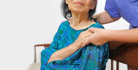 anciana de la mano con el cuidador
