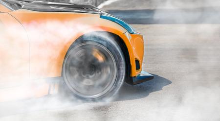 Deriva di auto da corsa in pista