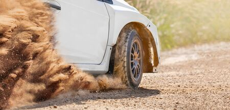 Rallye-Rennwagen auf Feldweg. Standard-Bild