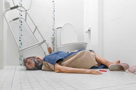 Ältere Frau, die wegen rutschiger Oberflächen im Badezimmer fällt
