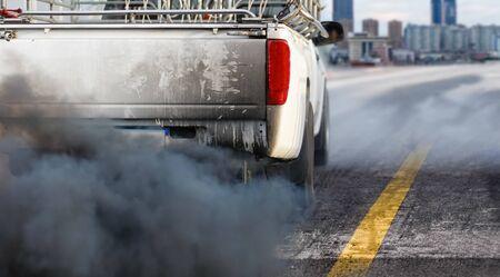 crise de la pollution de l'air en ville à partir du tuyau d'échappement des véhicules diesel sur la route