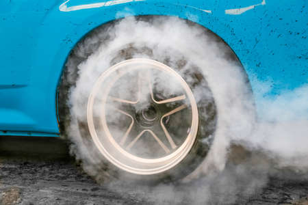 Drag racing car burns rubber off its tires in preparation for the race Banque d'images - 157966701