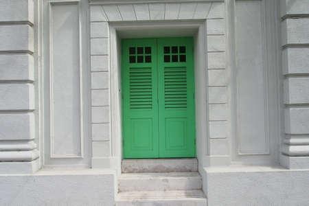 puerta verde: Puerta verde con pared de cemento blanco