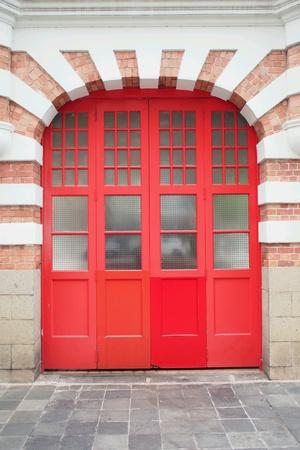 estacion de bomberos: Estaci�n de bomberos puerta roja Foto de archivo