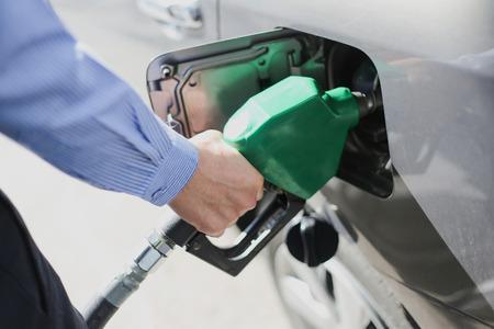 fuelling station: Llene el autoservicio coche ecológico tanque de gas Foto de archivo