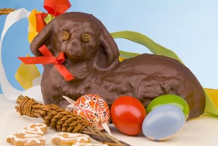 pasen schaap: Stilleven van Pasen lam met chocolade fondant, beschilderde eieren en slagroom suikerriet