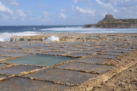evaporacion: Estanques de evaporaci�n de sal frente a la costa de Gozo