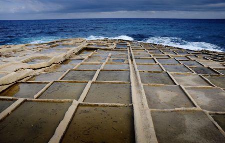 evaporacion: Estanques de evaporaci�n de sal, Malta  Foto de archivo