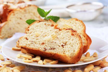 trenzado: Rebanadas de pan trenzado dulce cubierto con almendras