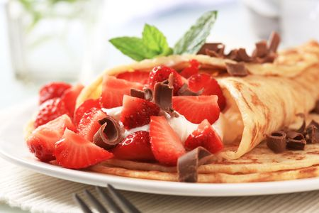 curd: Crepes with curd cheese and fresh strawberries