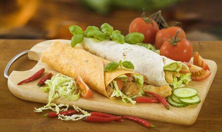 wraps: Dos verduras y carnes Tortilla Wraps Foto de archivo