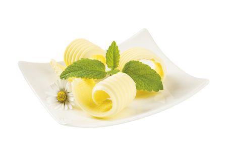 Butter locken auf einem kleinen Porzellan Teller Standard-Bild