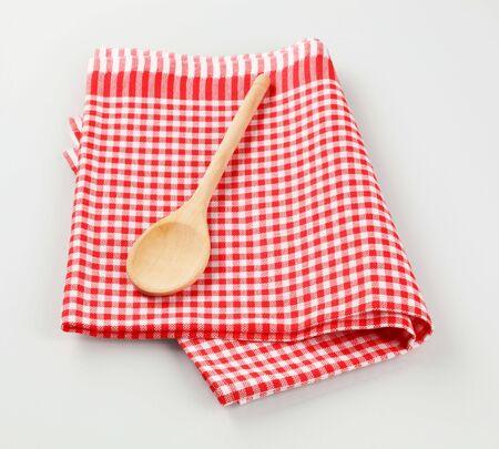 Cuillère de bois sur une serviette de thé checked