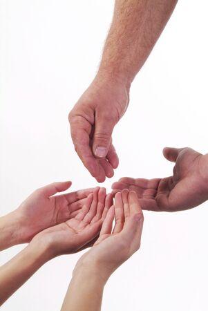 dando la mano: Cuatro ahuecada manos humanas esperando apoyo