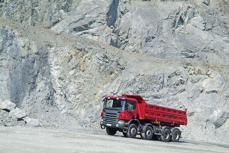 the dump truck: Cami�n volcado en una mina  Foto de archivo