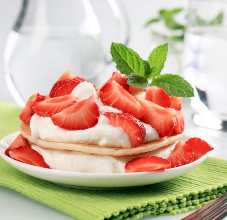 curd: Pancakes with curd cheese and fresh strawberries