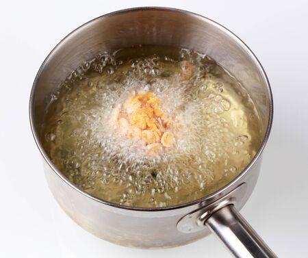 corn flakes: Cuisse de poulet recouvert de corn flakes �tant profonde frit  Banque d'images