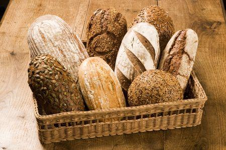 canasta de panes: Diversos tipos de pan en una cesta
