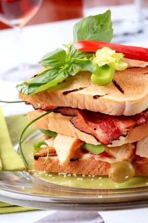 turkey bacon: Pane tostato con carne di tacchino ai ferri e pancetta