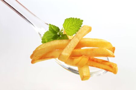 pomme: French fries on a plastic spoon