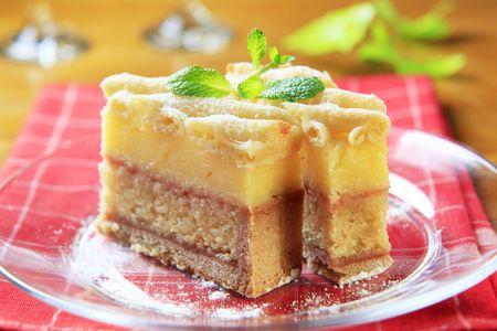 rum cake: Pezzi di torta di rum con reticolo rabbocco Archivio Fotografico