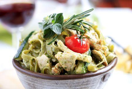 fettuccine: Spinach fettuccine with chicken, basil pesto and cream Stock Photo