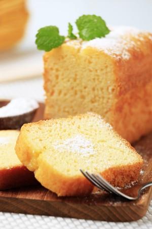 rebanada de pastel: Rebanadas de pastel de libra en un tablero de corte  Foto de archivo