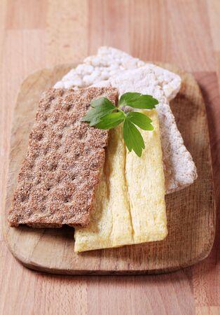 crispbread: Vari tipi di biscottate su un tagliere