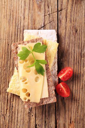 crispbread: Vari tipi di cracker e formaggio Emmental