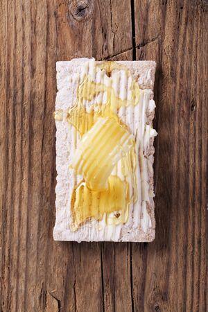 crispbread: Fetta di biscottate, burro e miele