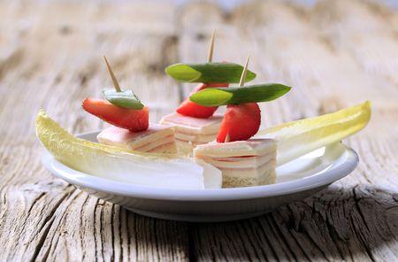 escarola: Canapes de jam�n y queso y endibia - detalle