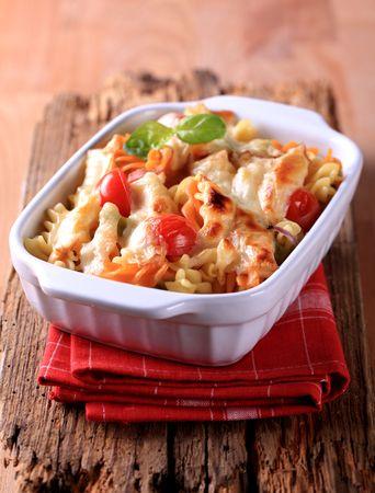 au: Tricolor corkscrew pasta au gratin - closeup