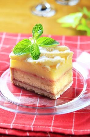 rum cake: Pezzo di torta di rum con intelaiatura rabbocco