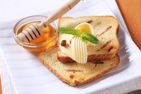 Desayuno - tostada de pan, mantequilla y miel  Foto de archivo - 7437505