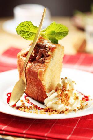 pound cake: Piece of pound cake and cream - detail