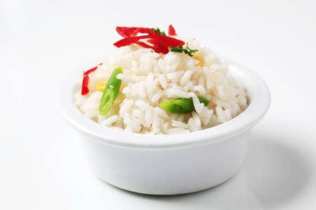 riso bianco: Riso bianco cotto in una ciotola in ceramica Archivio Fotografico