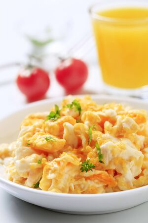 scrambled eggs: Huevos revueltos y un vaso de jugo  Foto de archivo