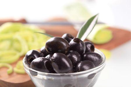 pitted: Olive nere snocciolate in un recipiente di vetro