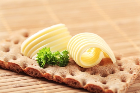 crispbread: Due riccioli di burro su un cracker di grano intero