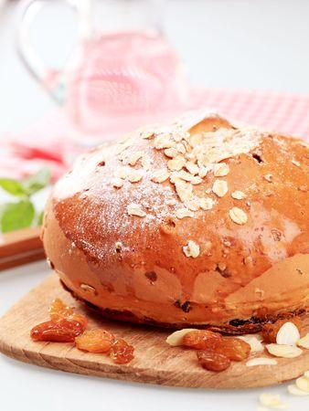 avena en hojuelas: Barra de pan dulce con copos de avena Foto de archivo
