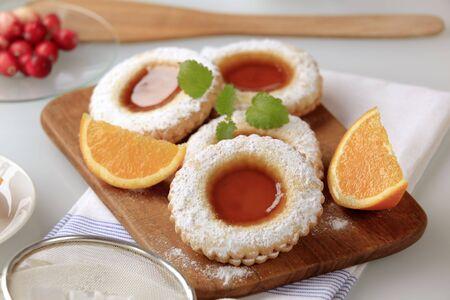 jam biscuits: Biscotti di marmellata spruzzato con glassa di zucchero - still life
