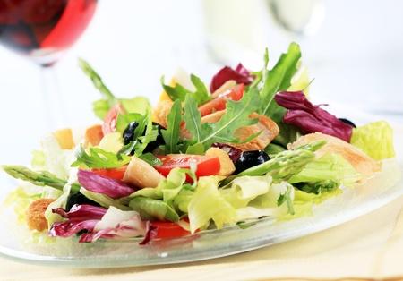 asperges: Gemengde groenten Salade met stukken van gegrilde kip